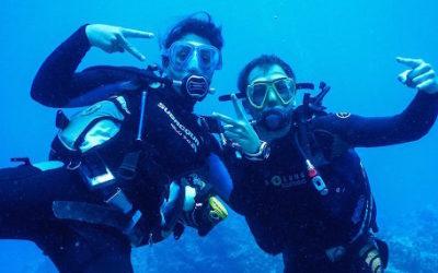 deux plongeurs contents