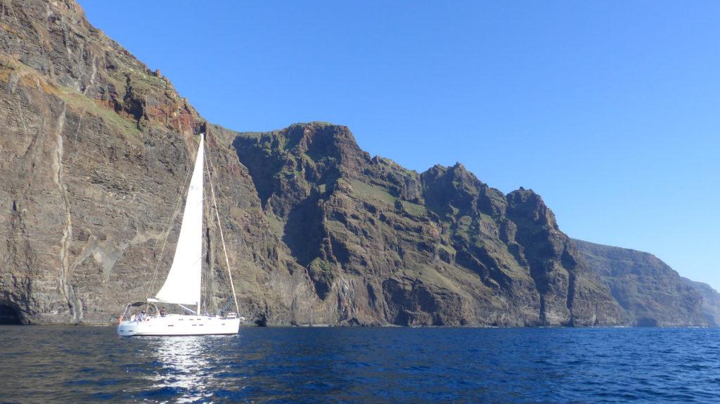 voilier et falaises