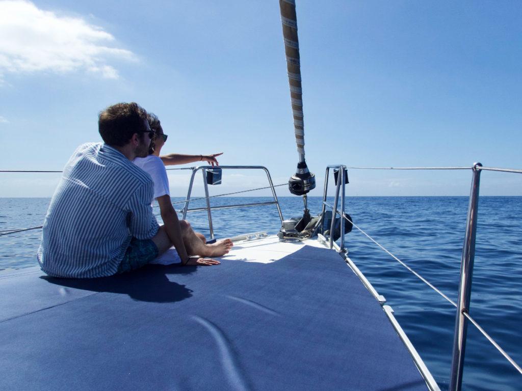 un couple montrant l'ocean